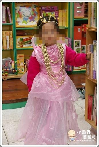 不給糖就搗蛋之─萬聖節又來了!!  前二天,一位客人告訴我~為了萬聖節,兒子說她是「不行」媽媽,因為他想買寶可夢的圖鑑,媽媽說~不行,他想買萬聖節的服裝(因為可以穿去學校),媽媽也說~不行,兒子一生氣,就給了媽媽「不行媽媽」的封號,真是讓她啼笑皆非。  被封了「不行媽媽」,媽媽也不甘示弱的告訴兒子,如果他真的那麼想扮演可怕的角色,那就扮演媽媽就好了,她可以把她的衣服借給他穿,因為媽媽在他的心中,就是一個最可怕的人……從這二個人的對話裡,我可以確定這對母子,其實還蠻有才的~哈!  孩子還小~如果遇到學校舉辦萬聖節的扮演活動,確實可能會挺傷媽媽的腦筋~我自己的二個孩子,唸幼稚園的時候,也都遇過這一題,老大的時候,我用一塊白色的布,很慎重的花了許多時間,幫她縫了一件連身的貓咪裝,她穿到學校去時,老師很佩服媽媽,覺得媽媽很厲害,很神~但是穿著媽媽精心製作的女兒,卻不怎麼喜歡那件衣服,因為她覺得扮演公主比較好……小孩有時果然很欠扁,一點也沒錯。  後來到了老二遇到這題時,我就決定不那樣盡心又盡力了,我就用粉紅色的垃圾袋,隨隨便便的搞出一套公主裝,大概20分鐘就搞定了~然後女兒穿著媽媽不怎麼用心製作的公主裝,很開心的跑到學校去了,當然~我的隨便亂搞,又讓老師們眼睛很亮,所以我還是她們心中的神。哈哈~  小女兒的公主裝,後來我還在店裡,傳授了幾位客人~當時有借到一個小孩,所以就在店裡當場製作了起來~後來還寫成了部落格~我想,在萬聖節迫在眉稍的此刻,如果有此困擾的客人,可以參考這個簡單又不失豪華的公主裝,或許可以幫助大家~順利解決問題喲!  來吧!就來看看吧~  萬聖節之~「垃圾袋公主裝」 https://hands.kidsbook.tw/126/  至於萬聖節~當然少不了各式的鬼怪故事嘍!手手姐姐多年前,也透過部落格,整理了一堆書~有些書已經絕版了,所以花了時間重新整理了資料~歡迎大家都來讀讀故事嘍!  萬聖節又鬼又怪之「重要咖」繪本大推薦(部落格介紹) https://hands.kidsbook.tw/2097/  http://bit.ly/萬聖節繪本故事